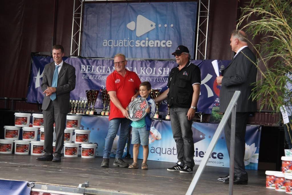 Joël donne le Prix à Berto.